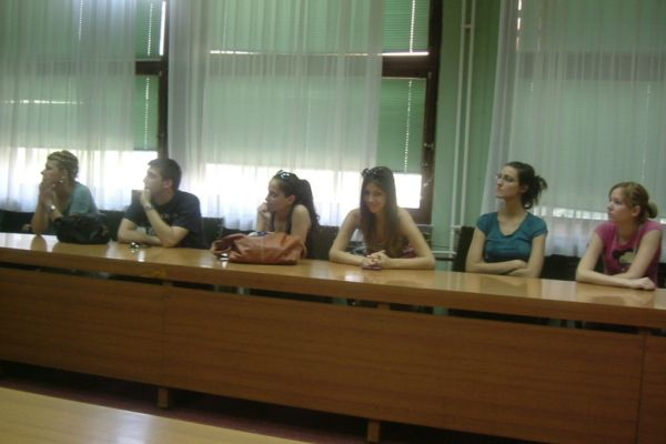 romski-studenti-6F111BB0B-AA97-2B83-3DEF-192184F1DEF7.jpg
